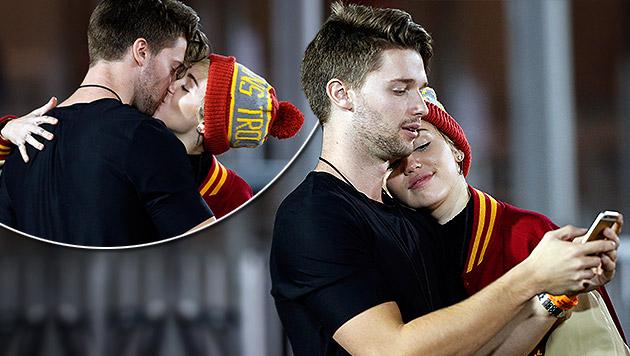 Miley Cyrus und Patrick Schwarzenegger verliebt bei einem Football-Spiel. (Bild: splash news)