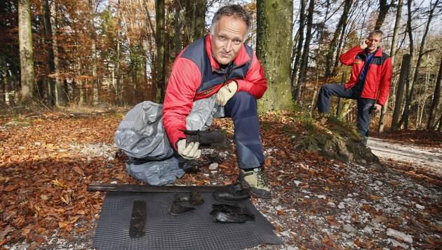Alpinpolizist Oliver Anzböck mit Resten der Skiausrüstung (Bild: MARKUS TSCHEPP)