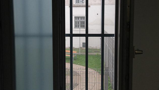 Blick aus einem Zellenfenster (Bild: Andi Schiel)