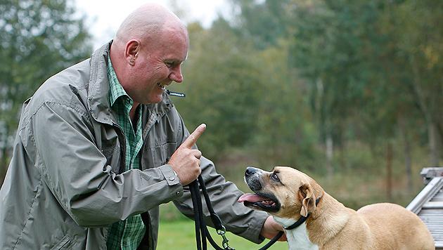 """""""Hundeschweiger"""" Bernhard Kainz und """"Quincy"""" beim Training. (Bild: Reinhard Holl)"""