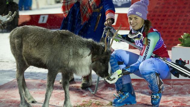 Siegerin Tina Maze mit ihrem Preis: einem Rentier (Bild: APA/EPA/MARKKU OJALA)