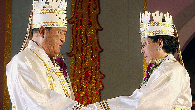 Links im Bild: Sektengründer Sun Myung Moon (Bild: AFP)