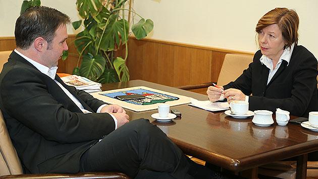 Traiskirchens Bürgermeister Andreas Babler mit Conny Bischofberger (Bild: Zwefo)