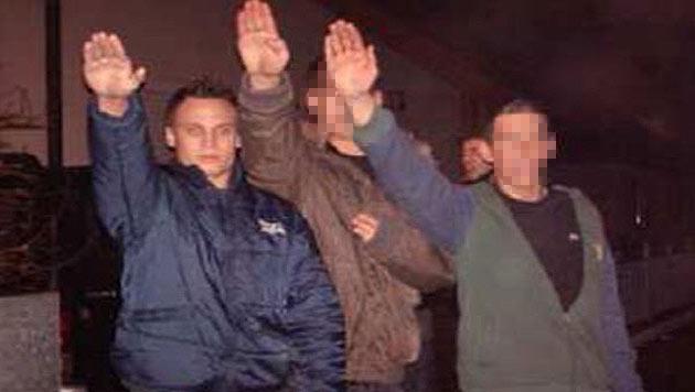 FPÖ-Politiker posierte mit Hitlergruß für Foto (Bild: Privat)