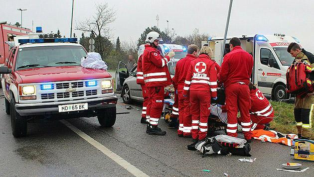 Die Helfer bei der Erstversorgung der Schwerverletzten (Bild: APA/PRESSESTELLE BFK MÖDLING/LUKAS DERKITS)