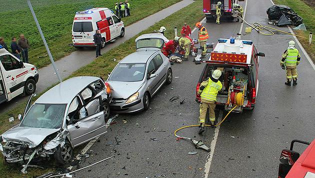 Die Unfallstelle mit den schwer beschädigten Fahrzeugen (Bild: APA/PRESSESTELLE BFK MÖDLING/LUKAS DERKITS)