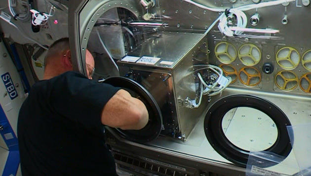 Der 3D-Drucker in der Microgravity Science Glovebox an Bord der ISS (Bild: NASA TV)