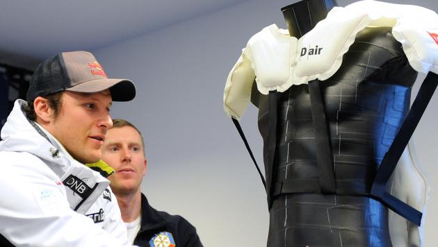 Aksel Lund Svindal, heuer verletzt, mit einem Modell des Airbags (Bild: APA/ROBERT JAEGER)