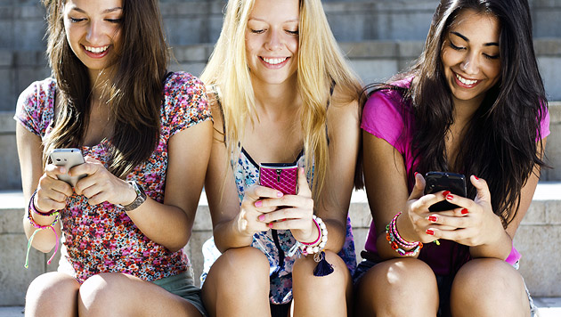 Fast jeder zehnte junge Handynutzer suchtgefährdet (Bild: thinkstockphotos.de)