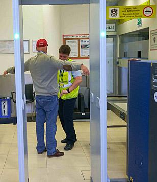 Bei der Flughafenkontrolle (Bild: Alexander Tuma)