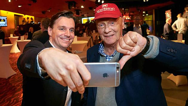 Ein Selfie mit dem Selfie-Verweigerer: Adabei Norman Schenz und Niki Lauda (Bild: Alexander Tuma)