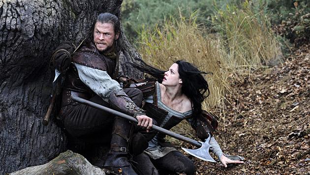 """Gemeinsam mit Kristen Stewart spielte Chris Hemsworth in """"Snow White and the Huntsman"""". (Bild: AP)"""