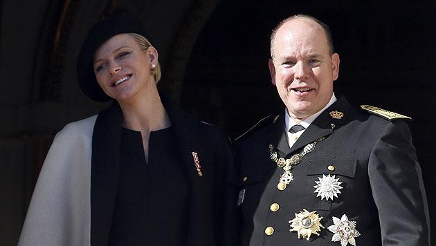 Das Paar wirkt überglücklich - die Zwillinge kommen Mitte Dezember. (Bild: AFP)