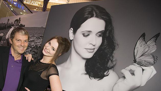 """""""Dancing Star"""" Roxanne Rapp ist stolz auf ihr schönes Foto. (Bild: Vier Pfoten/Tibor Rauch)"""