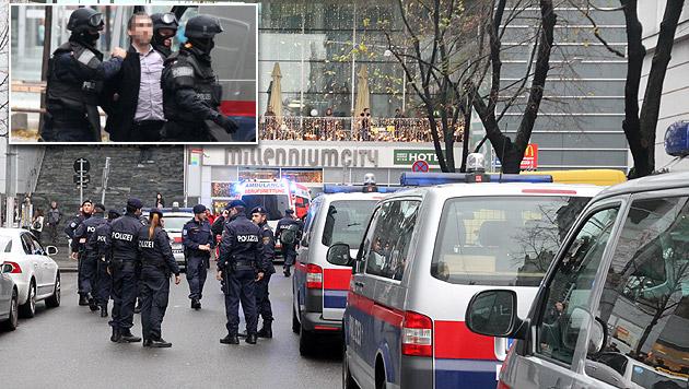 Eine Hundertschaft an Einsatzkräften rückte nach der Bombendrohung zur Millennium-City aus. (Bild: Andi Schiel)