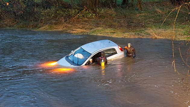 Die 33-Jährige war nach dem Unfall im Auto gefangen. (Bild: Hermann Kollinger)