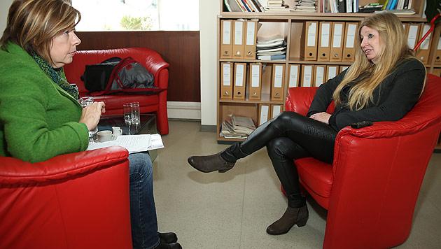 """Monika Pinterits im Gespräch mit """"Krone""""-Redakteurin Conny Bischofberger (Bild: Peter Tomschi)"""
