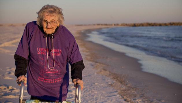 Diese 100-Jährige sieht zum ersten Mal das Meer (Bild: AP)
