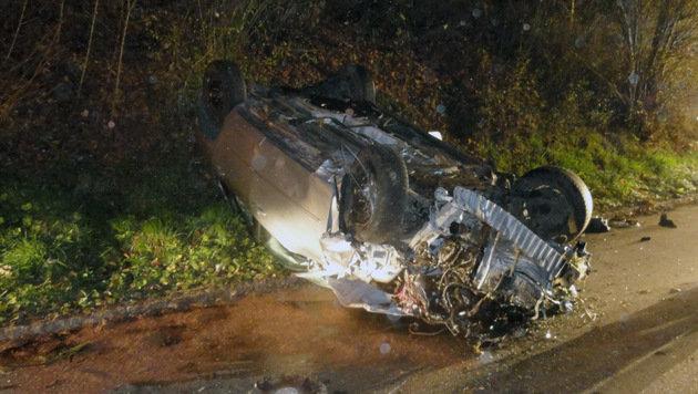 Das Auto blieb völlig demoliert am Dach liegen. (Bild: APA/FF REDLHAM)