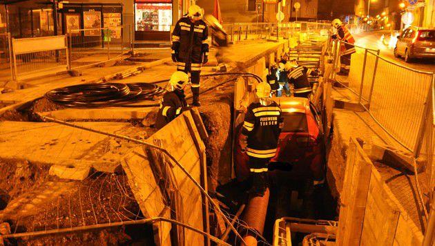 Lenker mit Pkw in Baugrube auf Gasleitung gelandet (Bild: Manfred Kozmich/AFKDO Lilienfeld)