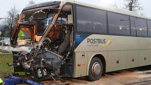 Der Bus wurde durch die Wucht des Aufpralls um 90 Grad gedreht. (Bild: Uta Rojsek - Wiedergut)