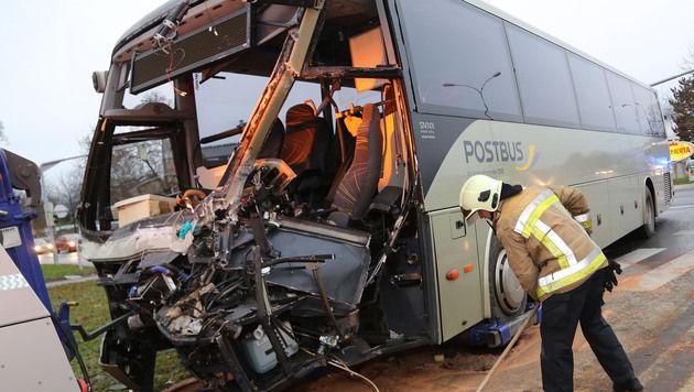 Der Postbus wurde völlig zerstört. (Bild: Uta Rojsek - Wiedergut)