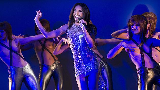 Conchita Wurst auf der Bühne des berühmten Pariser Varietés Crazy Horse (Bild: EPA)