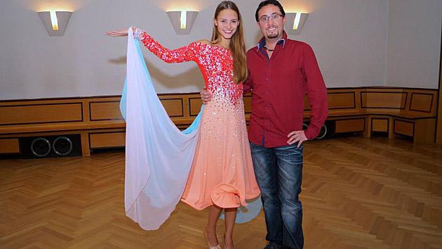 Julia Furdea in ihrem mit 7.000 Swarovski-Kristallen besetzten Kleid (Bild: Tanzschule Rueff)