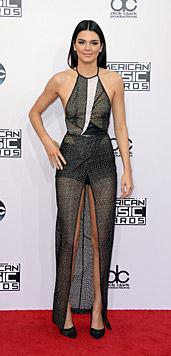 Kendall Jenner betörte mit einem sexy Kleid am roten Teppich. (Bild: APA/EPA/PAUL BUCK)