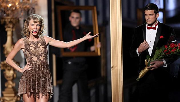 Taylor Swift brachte ihren Rosenkavalier mit auf die Bühne... (Bild: Matt Sayles/Invision/AP)