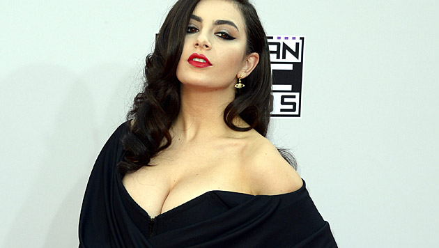 Charlie XCX am Red Carpet (Bild: APA/EPA/PAUL BUCK)