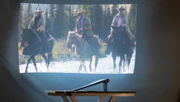Für Filmgenuss muss der Raum abgedunkelt und das Tablet seitlich zur Wand positioniert sein. (Bild: Lenovo)