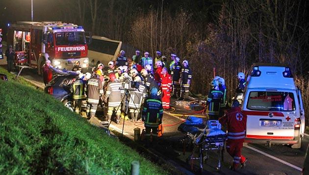 Die Einsatzkräfte benötigten eine Stunde, um den Mann aus dem Wrack zu befreien. (Bild: Matthias Lauber/laumat.at)