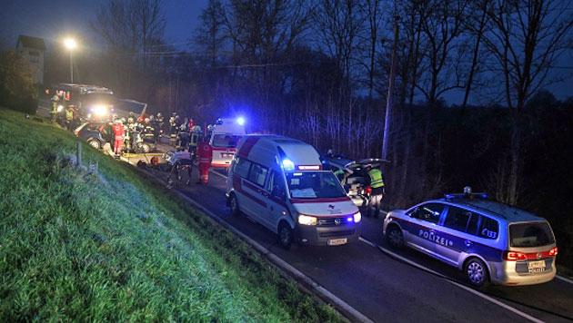 Neben dem Autolenker wurden auch der Busfahrer und ein Schüler verletzt. (Bild: Matthias Lauber/laumat.at)