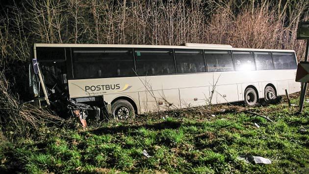 Der Bus blieb unter einer Stromleitung hängen. Die Bergung war deshalb schwierig. (Bild: Matthias Lauber/laumat.at)