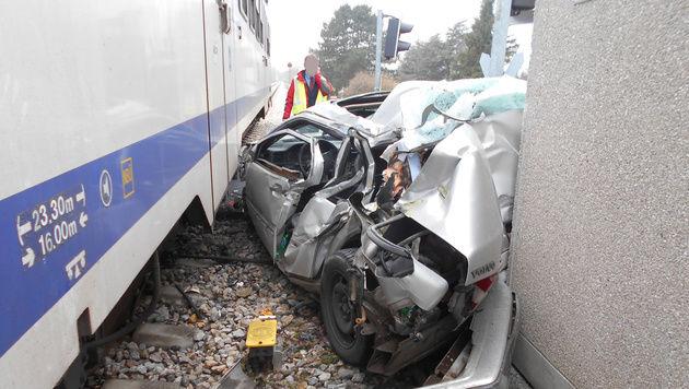 Das Auto wurde vom Zug mit voller Wucht erfasst. (Bild: Einsatzdoku.at)