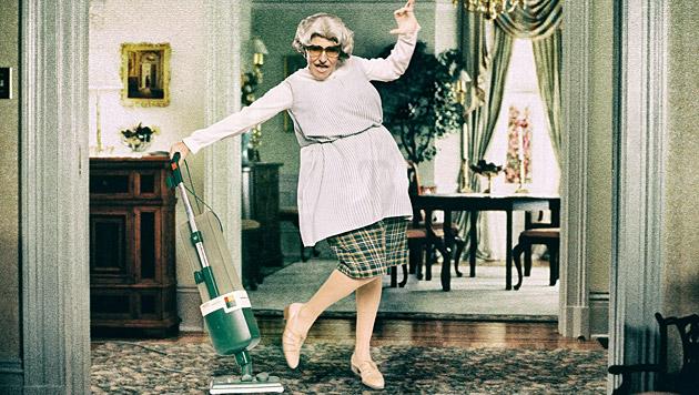 Klaus Eberhartinger tanzt in Robin Williams' Paraderolle als 'Mrs. Doubtfire' durchs Bild. (Bild: Manfred Baumann)