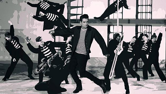 """Andreas Moravec schwingt als Elvis die Hüften. Die Szene stammt aus dem Film """"Jailhouse Rock"""". (Bild: Manfred Baumann)"""