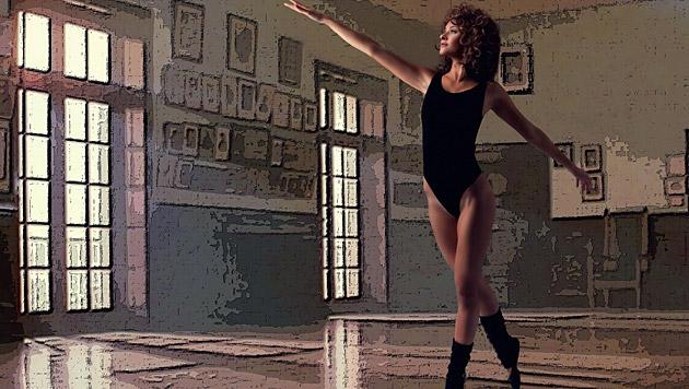 """""""Miss Austria"""" Julia Furdea in der legendären Tanzszene aus """"Flashdance"""" als Jennifer Beals. (Bild: Manfred Baumann)"""