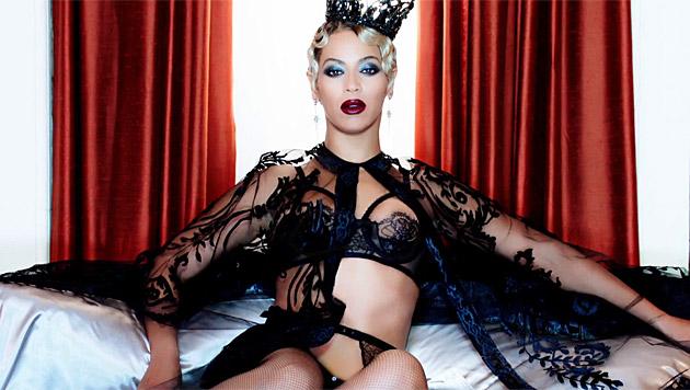Wie eine Sadomaso-Queen thront Beyonce auf dem Bett. (Bild: YouTube.com)