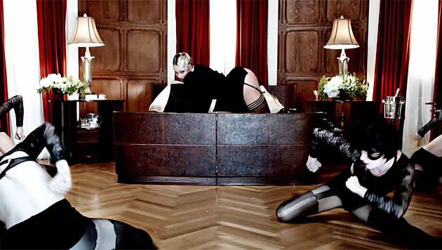 Die Sexsklaven rekeln sich zu Beyonces Füßen. (Bild: YouTube.com)