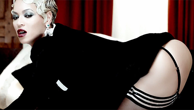 In sexy Strapsen und mit dramatischem Make-up macht sie ihre Fans heiß. (Bild: YouTube.com)