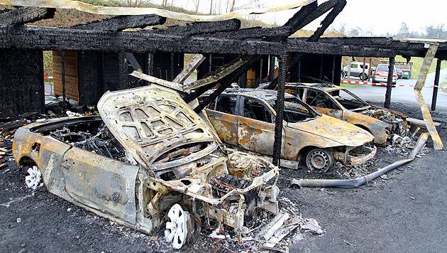 Diese drei Fahrzeuge brannten vollkommen aus. (Bild: Arnold Klement)