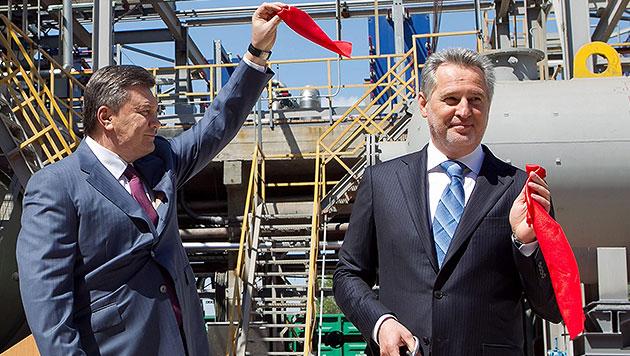 Ein Bild aus besseren Tagen: Firtasch mit dem ukrainischen Ex-Präsidenten Viktor Janukowitsch (Bild: APA/EPA/MYKHAYLO MARKIV)
