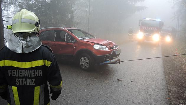 Das ramponierte Auto wurde von der Feuerwehr zurück auf die Straße gezogen. (Bild: OLMdV Andreas Maier/FF Stainz)