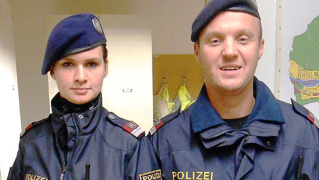 Karin Pramhas und Rupert Heiml von der Polizeiinspektion Steyr Ennserstraße halfen dem kleinen Toni. (Bild: PI Steyr Ennserstraße Geyer)