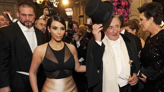Opernball-Besuch mit Richard Lugner: Kardashian und Mama Chris Jenner waren entsetzt. (Bild: APA/HERBERT PFARRHOFER)