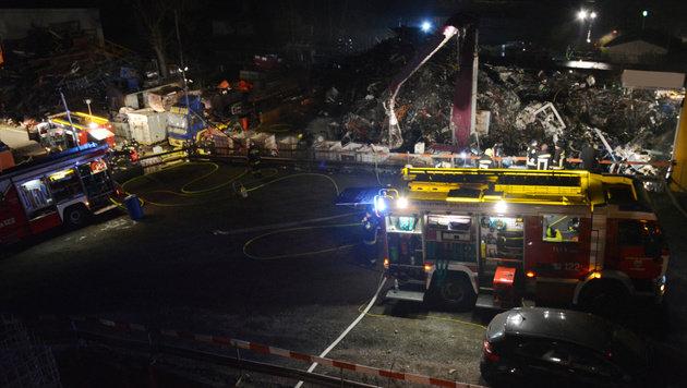 Helfer bei Schrottberg-Brand schwerst verletzt (Bild: Einsatzdoku.at)