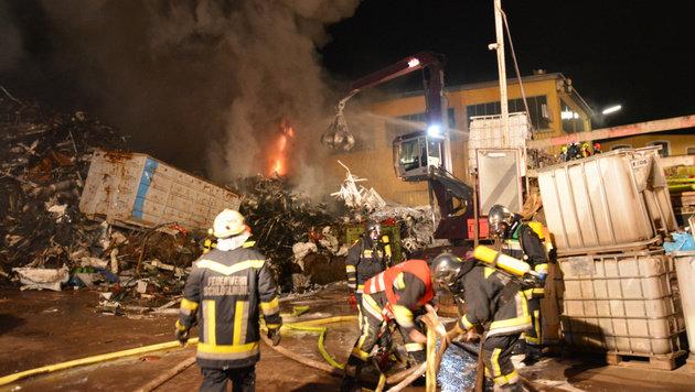Meterhoch schlugen die Flammen aus dem Schrottberg. (Bild: Einsatzdoku.at)