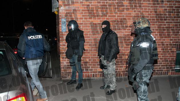 Ebenso in Linz standen Cobra-Beamte im Zuge der Razzia im Einsatz. (Bild: Robert Loy)